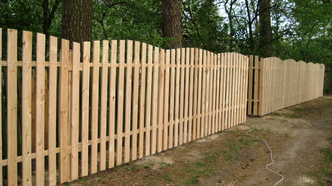 Как поставить забор своими руками из штакетника